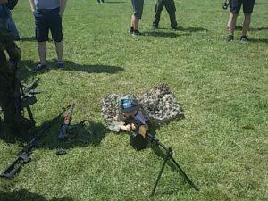 Zamaskowany mały strzelec karabinu maszynowego - jednej z atrakcji naszego stoiska